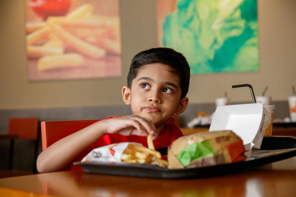 Nicht nur die Verfügbarkeit von Essen ist problematisch, sondern vor allem die Qualität - Fast Food und zuckerhaltige Getränke sind mittlerweile in den meisten Gegenden der Welt leicht zu bekommen.