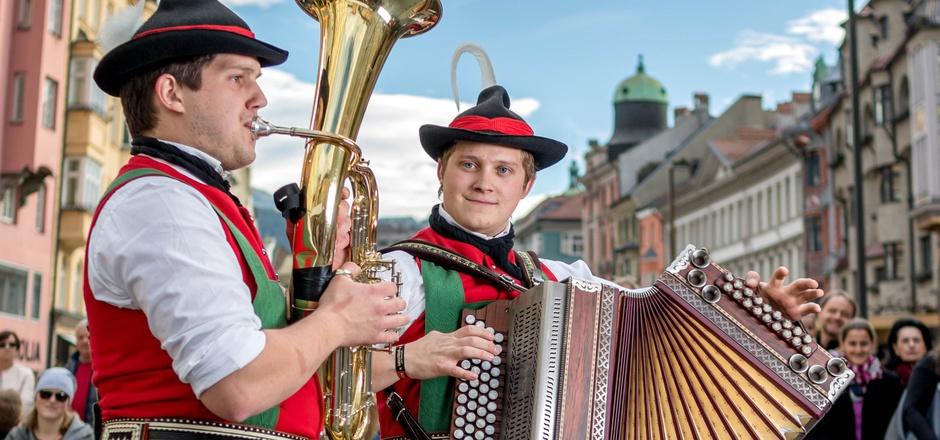Junge Musikanten im Herzen der Innsbrucker Altstadt.