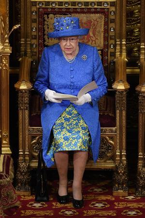 Im Juni 2017 war die Queen anlässlich ihrer Rede im Parlament in EU-Farben gehüllt.