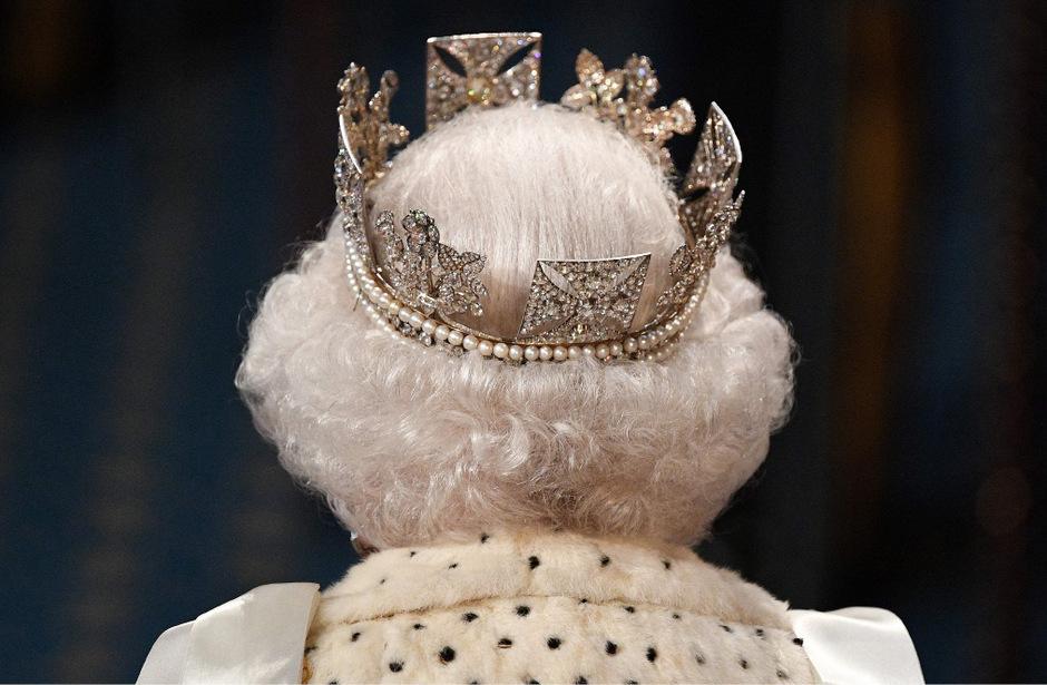 """Anstelle der schweren """"Imperial State Crown"""" trug die Königin ein Diadem."""