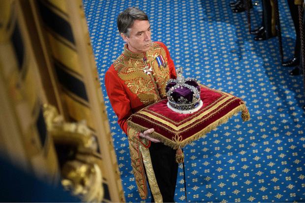 Die Krone ruhte auf einem Kissen, nicht auf dem Haupt der Königin.