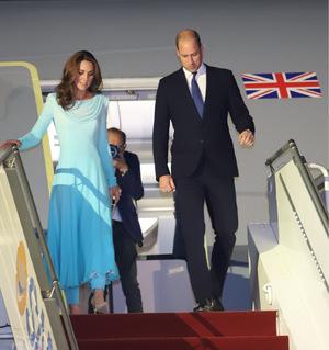 Bei der Ankunft trug Kate ein knöchellanges hellblaues Kleid mit Wasserfallkragen und langen Ärmeln, kombiniert mit einer hellblauen Hose und hautfarbenen Pumps.
