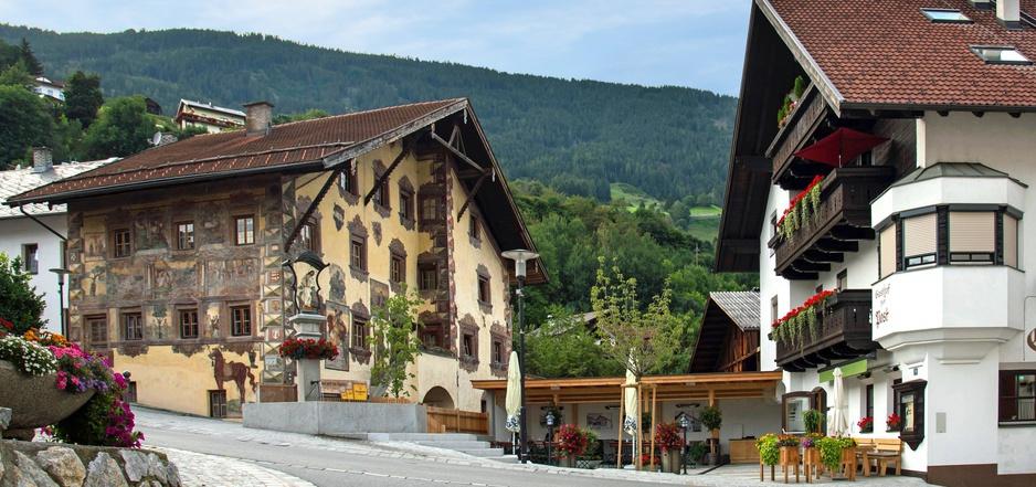 Zwischen dem historischen Richterhaus von Georg Matthäus Vischer (l.) und dem Gasthof Post (r.) öffnet sich der einladende Gastgarten mitsamt dem renovierten Dorfbrunnen.
