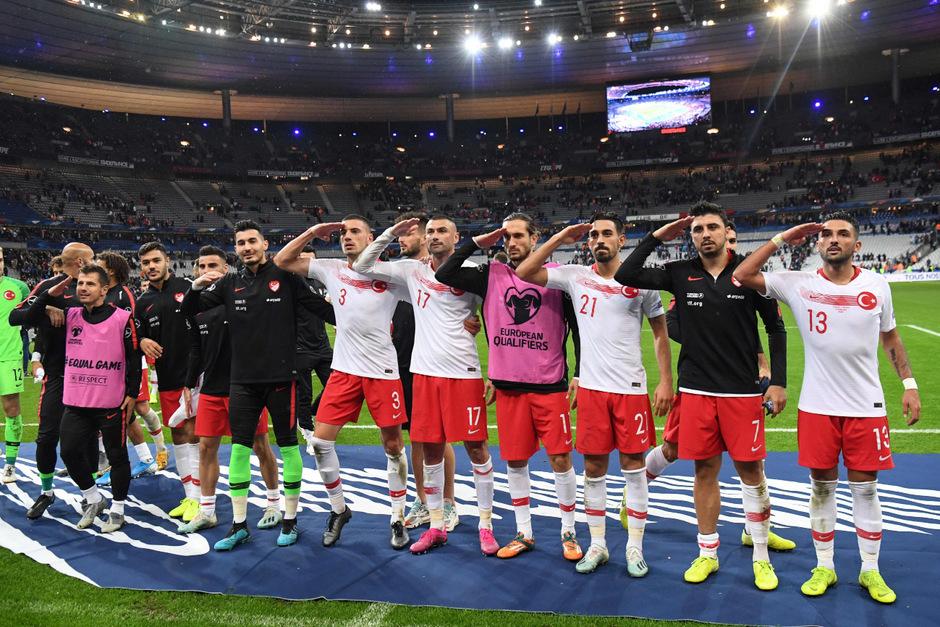 Nach dem Spiel in Paris salutierten die türkischen Spieler vor ihren Fans.
