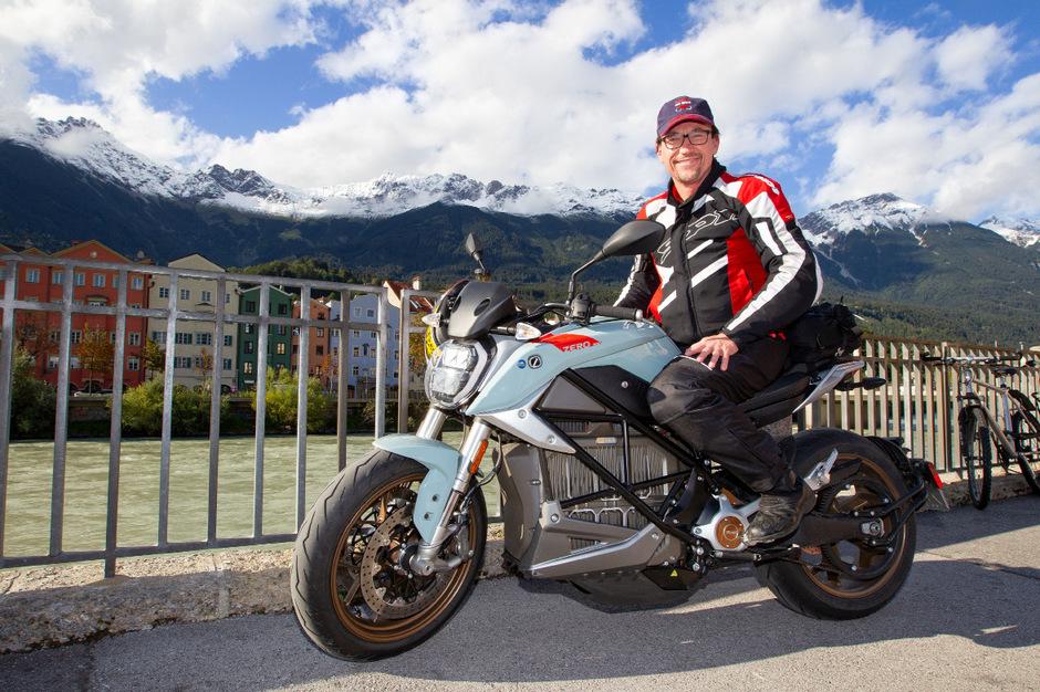 Auf der Durchreise: Armin Hoyer macht am Innsbrucker Marktplatz mit dem E-Motorrad eine Zwischenstation.