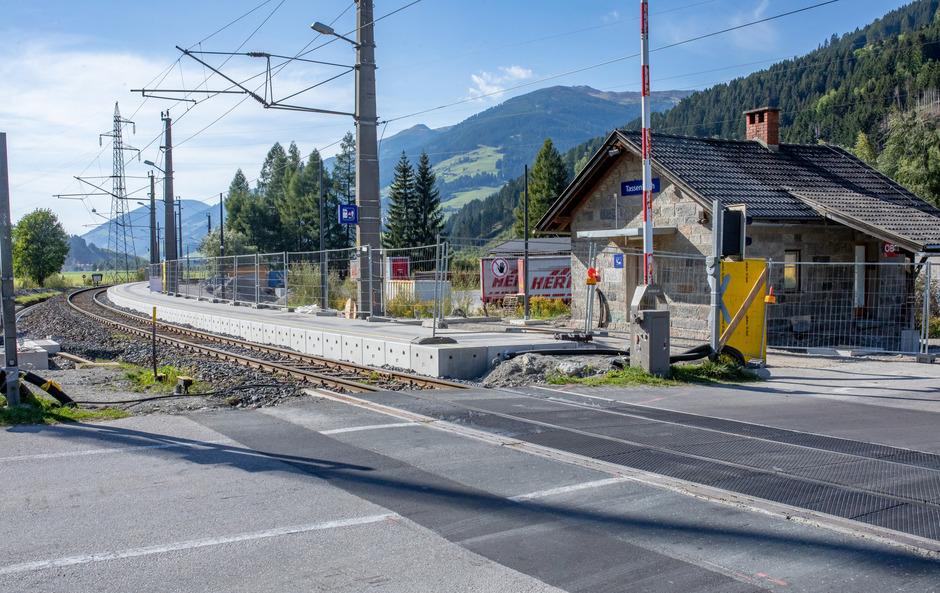 Beim Bahnübergang Tassenbach kommt es zu Wartezeiten.