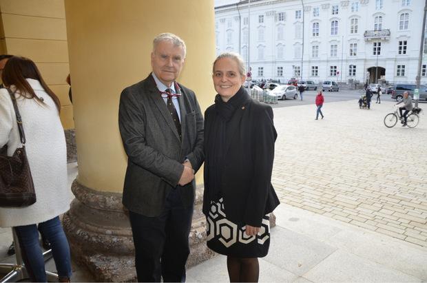 Unirat Anton Pelinka mit Vizerektorin Anke Bockreis vor dem Landestheater.