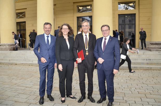 LH Günther Platter (r.) und BM Georg Willi (l.) mit Bundesministerin Iris Rauskala und Rektor Tilmann Märk beim Festakt.