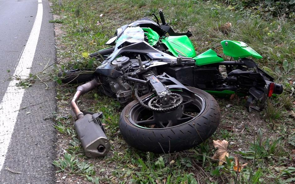 Die Maschine des 18-Jährigen am Straßenrand. Die Unfallursache ist bislang unbekannt.