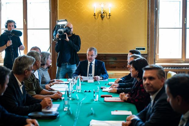 Oberösterrreichs Landeshauptmann Thomas Stelzer (ÖVP) (m.) am Mittwoch, anlässlich eines Landessicherheitsrats nach den Messerattacken in Wullowitz in Linz.