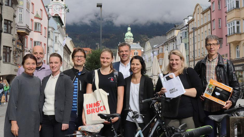Mobilitätsstadträtin Uschi Schwarzl, Christian Schoder und Teresa Kallsperger (v.l.) und Bürgermeister Georg Willi (M.) gratulierten den Magistratsmitarbeitern und Innsbruckern, die beim Fahrrwadwettberweb die ersten Preise gewonnen haben.