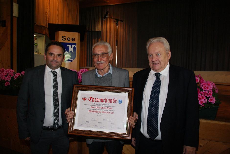 Bürgermeister Anton Mallaun (r.) und Vize Michael Zangerl (l.) mit dem neuen Seer Ehrenbürger Pater Hans Schmid.