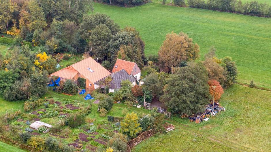 Die Ermittlungen rund um den Bauernhof, wo sechs Menschen offenbar völlig isoliert gelebt haben, dauern weiter an.