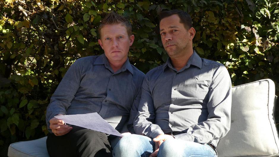 Sind geschockt über das Schreiben, welches sie Montag erreichte: der Fieberbrunner Hotelier Michael Reiter (links) und sein Mann Markus.