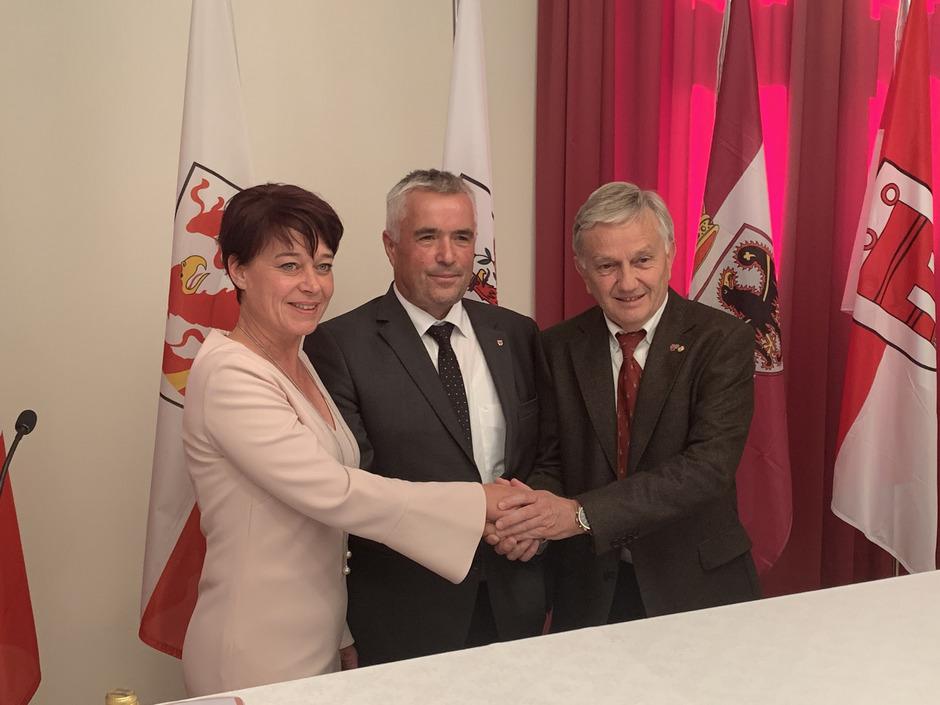 Landtagspräsidentin Sonja Ledl-Rossmann und ihre beiden Kollegen Josef Noggler (Südtirol) und Walter Kaswalder (Trentino) sind zufrieden mit dem 13. Dreierlandtag in Meran.