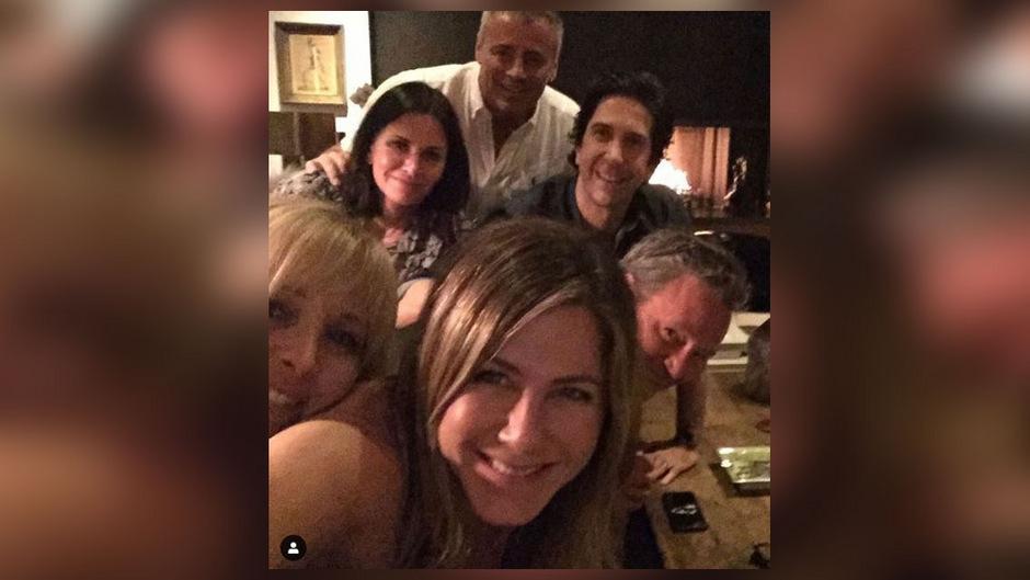 """Hallo, Instagram: """"Jetzt sind wir auch FRIENDS auf Instagram"""", schrieb Jennifer Aniston unter ihren ersten Post. Auf dem Foto zeigt sie sich mit ihren ehemaligen Serienkollegen."""