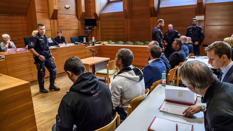 Im Oberländer Drogenprozess waren sieben teils inhaftierte Angeklagte von Justizwachebeamten umringt.