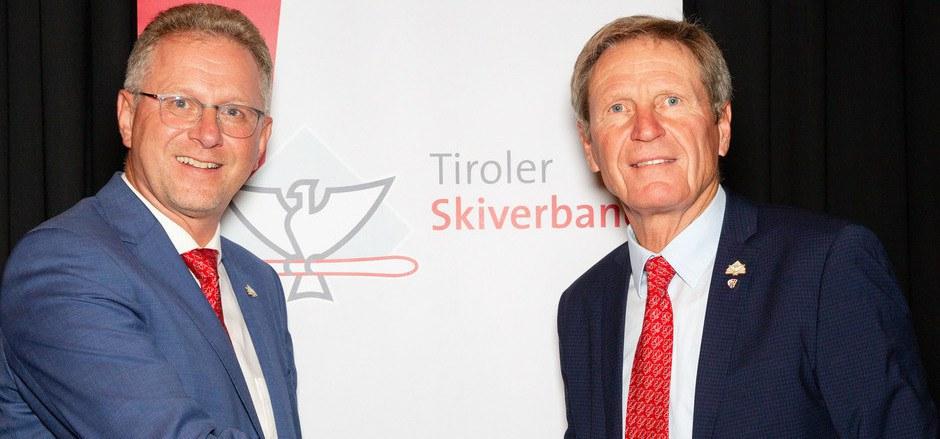 Übergabe nach neun Jahren: In Hall gratulierte Werner Margreiter gestern seinem Nachfolger als TSV-Präsident Karl Ulrich Janovsky (l.).