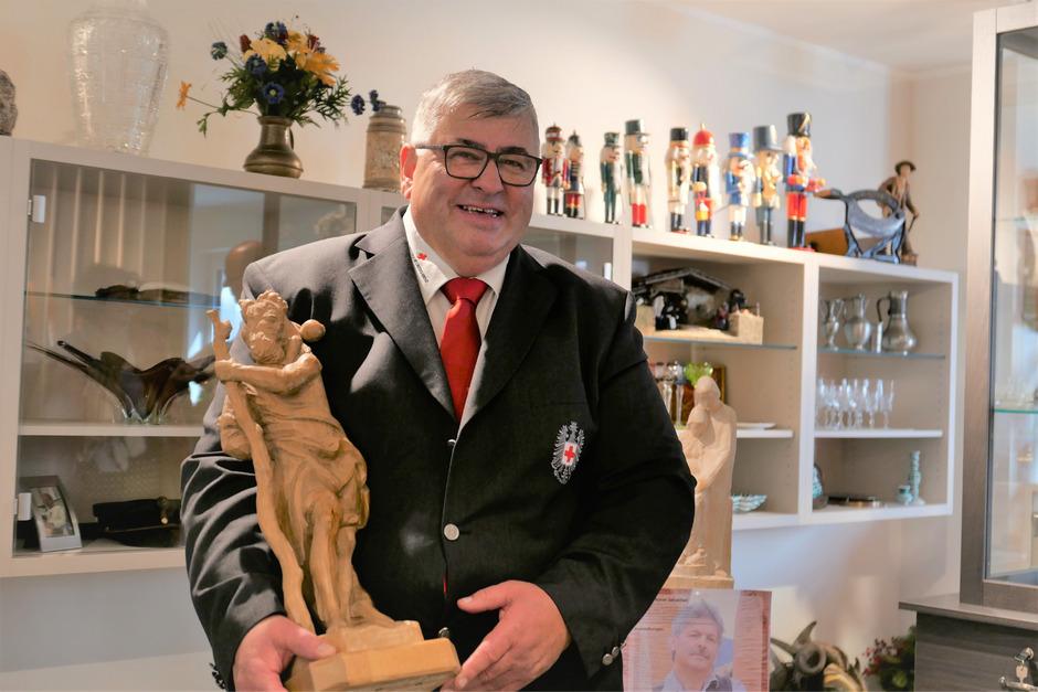 Der ehrenamtliche Shop-Urgestein-Betreiber und Rotkreuz-Pensionist Alfons Klaunzer hatte die Idee zu einem Kreislauf für Kostbarkeiten. Der Reinerlös aus dem Verkauf kommt der Rotkreuz-Soforthilfe zugute.