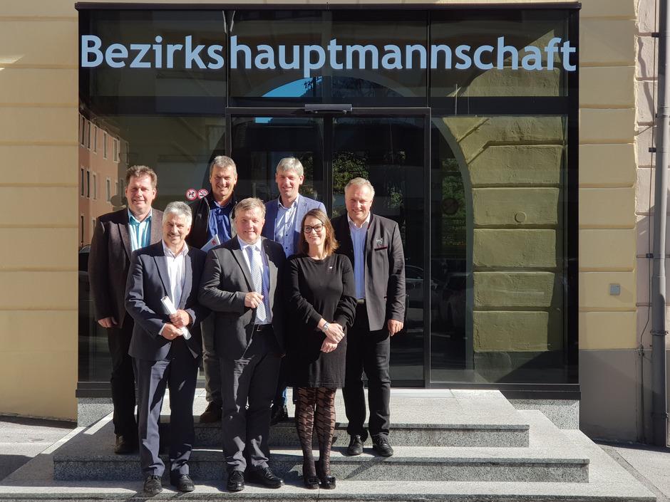 """LR Bernhard Tilg (Mitte) und die für die Umsetzung des """"Pflege 2030""""-Konzepts Verantwortlichen präsentierten die Evaluierung."""