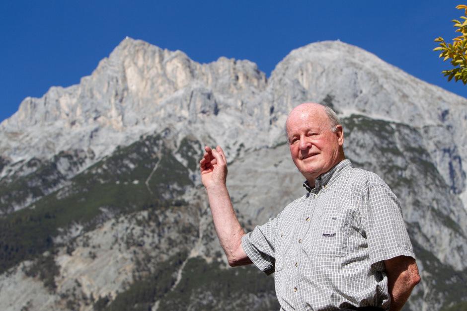 """Helmut Wagner zeigt auf die Munde, er hat die direkte Südwand 1978 vollständig begangen. """"Helmut Wagner. Berge. Mein Leben."""" (26 Euro) erscheint Ende November. Bei Tyrolia erhältlich."""