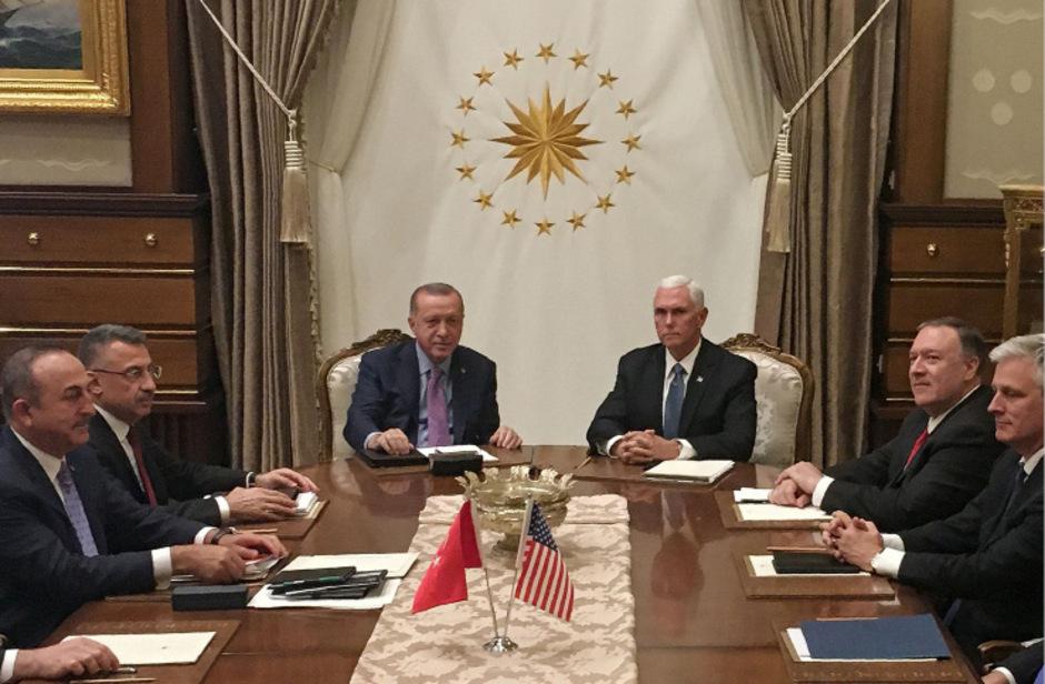 Der türkische Präsident Recep Tayyip Erdogan (mi.) und Vizepräsident Mike Pence (re.), joined by Secretary of State Mike Pompeo (4. v.re.).