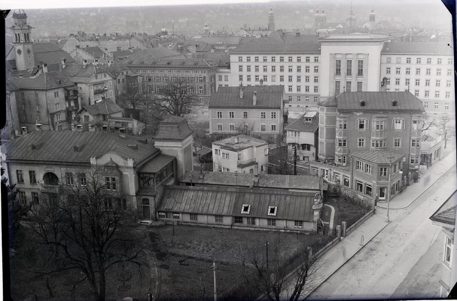 """Rund um das """"Gauhaus"""" (heute """"Neues Landhaus"""") standen Häuser."""
