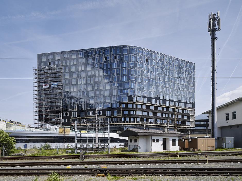 Zentrale Lage, schöner Rundblick: Im Pema-2-Gebäude werden Wohnungen über die Buchungsplattform Airbnb angepriesen.