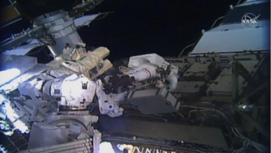 Die US-Astronautinnen Christina Koch und Jessica Meir verließen die Raumstation ISS rund 400 Kilometer über der Erde und ersetzten einen Stromregler an der Außenwand.
