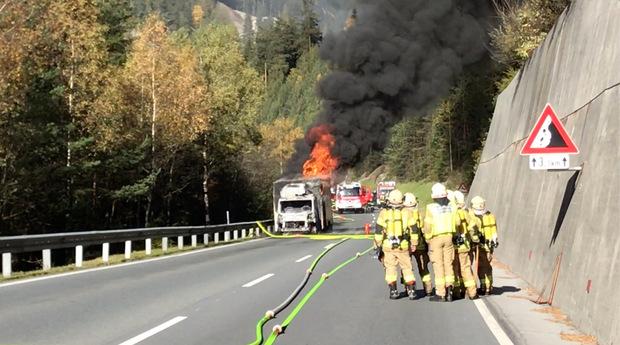 Der Klein-Lkw brannte lichterloh.