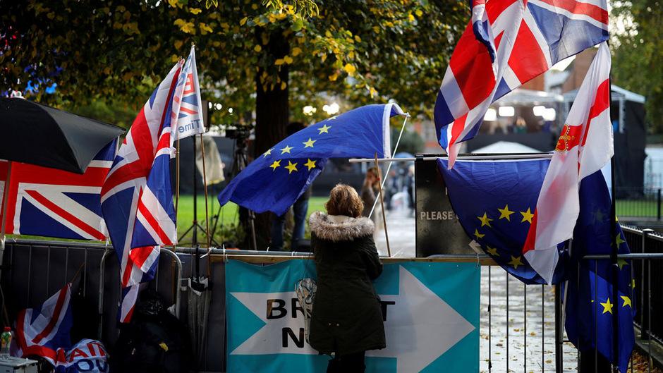 Vor dem Parlament in London bezogen auch nach der Einigung Demonstranten wieder Stellung.