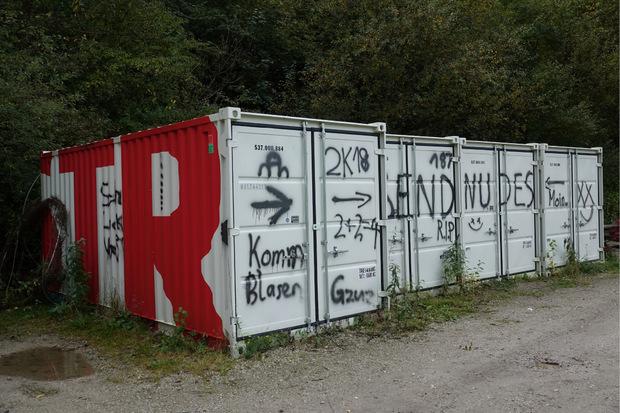 Mehrere Baucontainer mussten ebenfalls daran glauben.