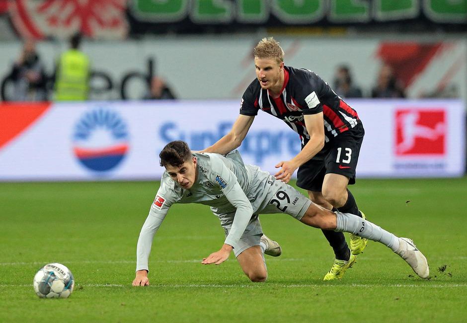 Eintracht Frankfurt mit ÖFB-Teamverteidiger Martin Hinteregger (r.) brachte Leverkusen um Kai Havertz gestern mit 3:0 zu Fall.