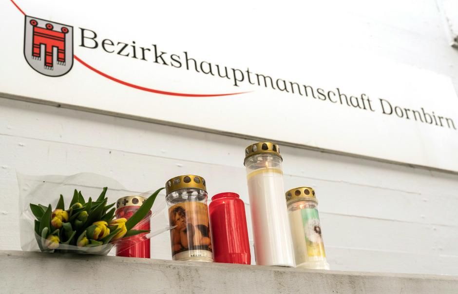 Kerzen und Blumen vor dem Eingang der Bezirkshauptmannschaft Dornbirn.