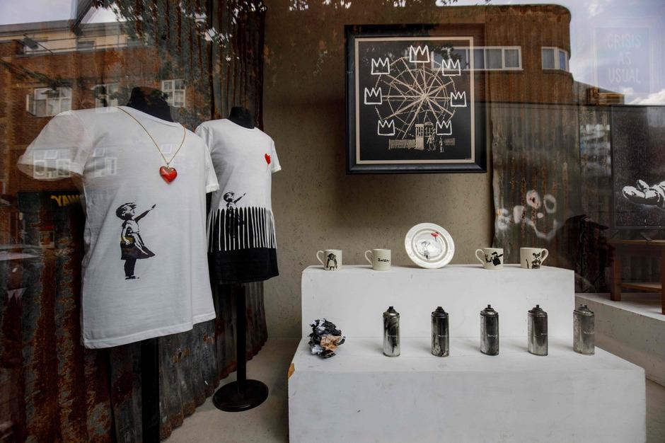 Banksy macht vor allem mit sozialkritischen Werken auf sich aufmerksam. In London eröffnete er vor kurzem ein Geschäft. Gekauft werden kann jedoch nur online - und die Erlöse gehen an die Flüchtlingshilfe.