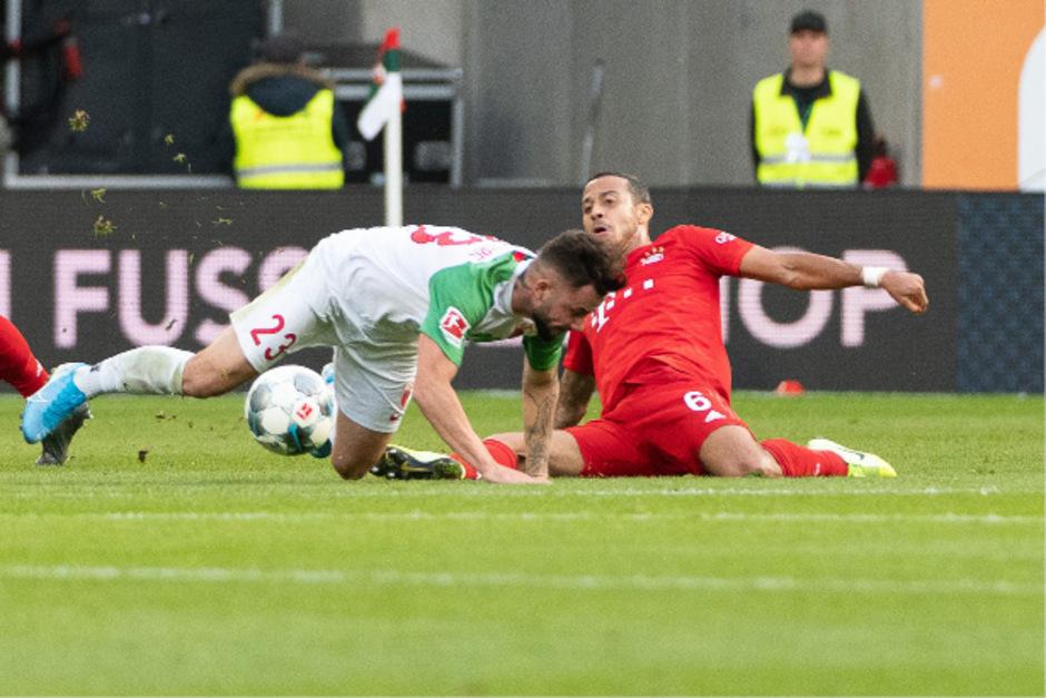 Ausgsburgs Torschütze Marco Richter im Duell gegen Bayerns Thiago (r.).