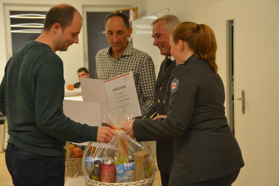 ÖRK-Bezirksstellenleiter Heinz Scherfler übergibt die Urkunden und Geschenkskörbe an die Teilnehmer des Spendenlaufs Klaus Unterberger (l.) und Thomas Schroll.