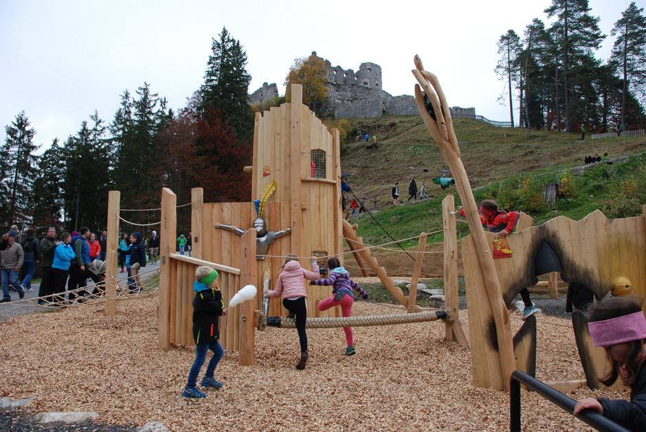 Schon vor der offiziellen Eröffnung wurde der Spielplatz unterhalb der Ruine von den Kindern getestet.