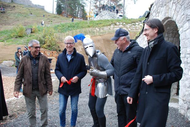 Burgenwelt-Geschäftsführer Armin Walch, BM Alois Oberer, Ritter Rüdiger, TVB-Obmann Hermann Ruepp und Grundbesitzer Michael Fürmann (rechts oben von links) gaben die neuen Attraktionen frei.