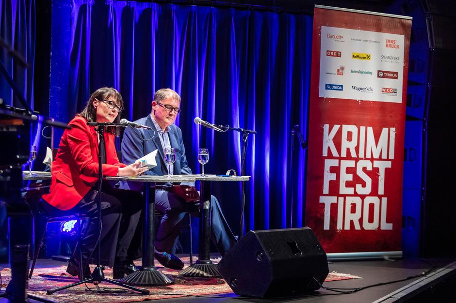 Die Gefahren grindiger Gefängnisduschen: Anna Simons und Moderator Elmar Krekeler.