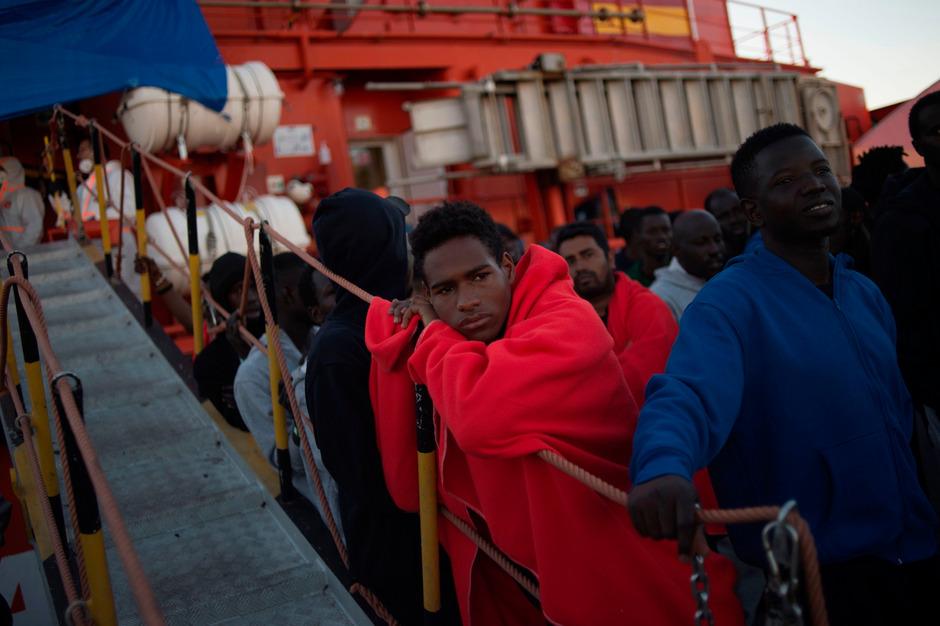 Gerettete Menschen im Hafen von Algeciras.