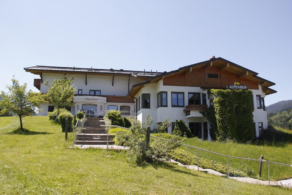 Derzeit steht der Alpenhof leer. Seine Zukunft ist allerdings noch ungewiss. Investoren wollen ein Hotel-Großprojekt auf der Fläche errichten, das wird in Kirchberg allerdings kritisch gesehen.