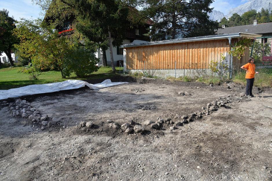 Dieses Mauerfundament ist nur ein Teil der spektakulären Entdeckung in Telfs: Insgesamt haben die Archäologen bisher an über 50 Geländepunkten Spuren entdeckt, die auf bronzezeitliche Hütten hindeuten.