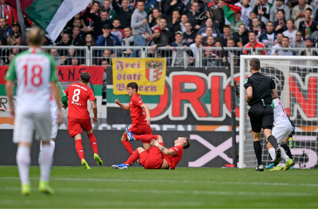 Mit schmerzverzerrtem Gesicht ging Süle zu Boden. Der Abwehrchef der Bayern zog sich einen Kreuzbandriss zu.