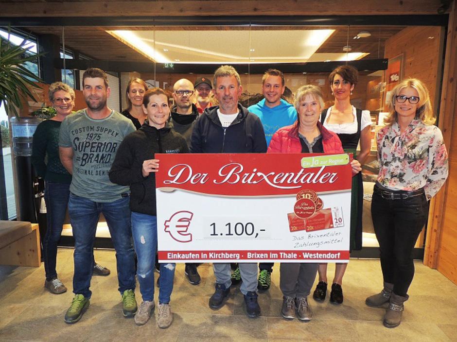 Veranstalter, Hüttenwirte und die Vertreter der Kaufmannschaft bei der Spendenübergabe.