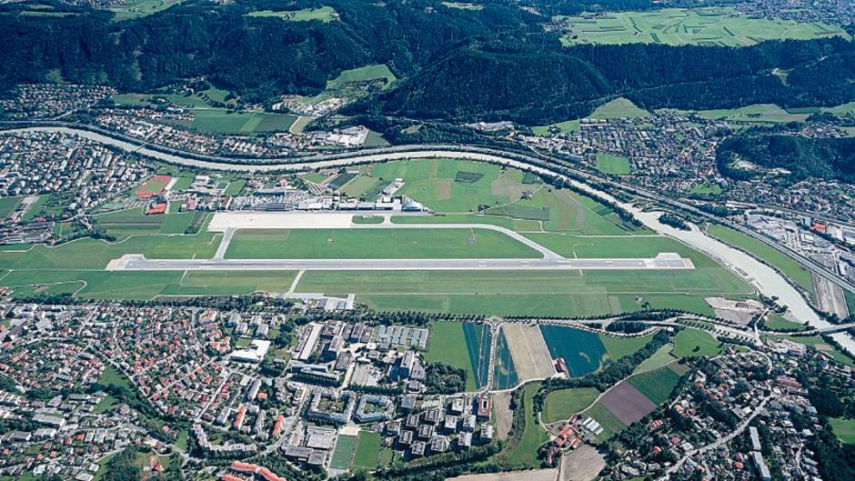 Im Herzen der Stadt, aber nicht im Herzen aller: Der Flughafen Innsbruck soll in seinen Zukunftsoptionen durchleuchtet werden. So will es ein Antrag der grünen Bürgermeisterfraktion. Die Schließung soll eine sein.