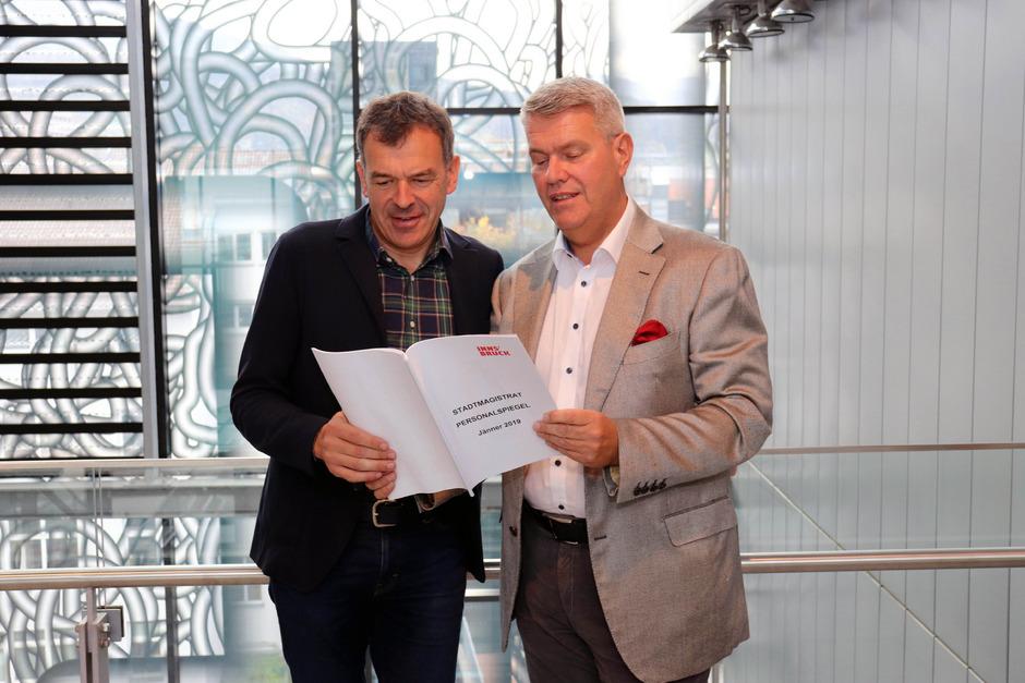 Posierten für das obligate Pressefoto: BM Georg Willi und Personalchef Ferdinand Neu (v.l.).