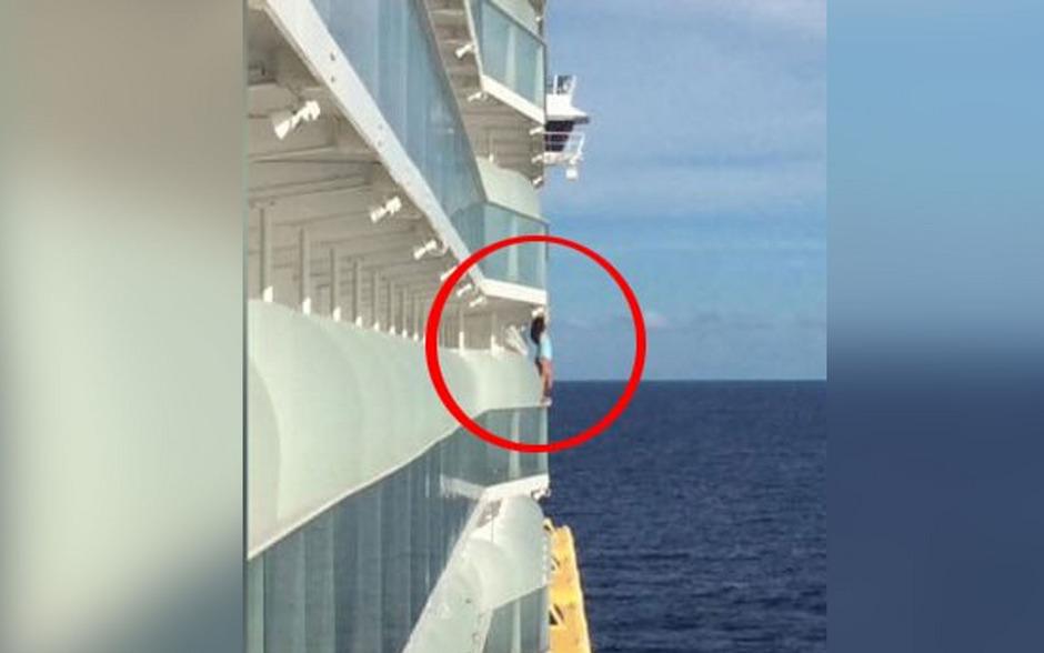 Auf Twitter wurde dieses Foto der Frau, die am Geländer des Schiffes herumklettert, verbreitet.