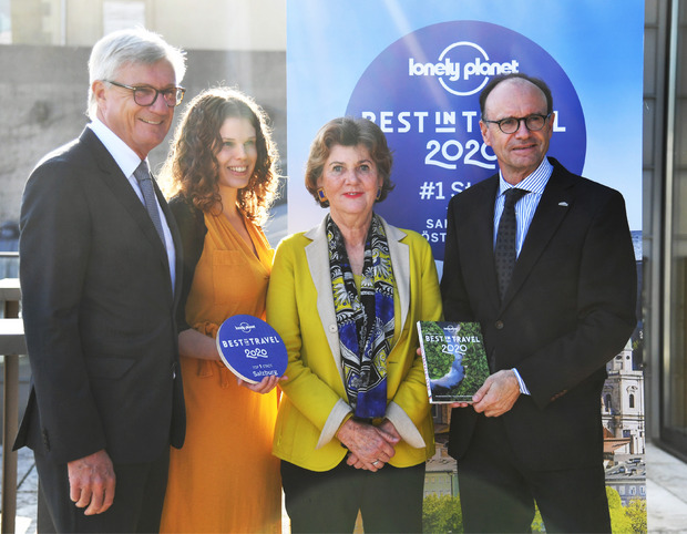 Bürgermeister Harald Preuner (ÖVP), Becky Henderson (Lonely Planet), Festspielpräsidentin Helga Rabl-Stadler und Bert Brugger (GF Tourismus Salzburg GmbH) freuen sich über die Auszeichnung.