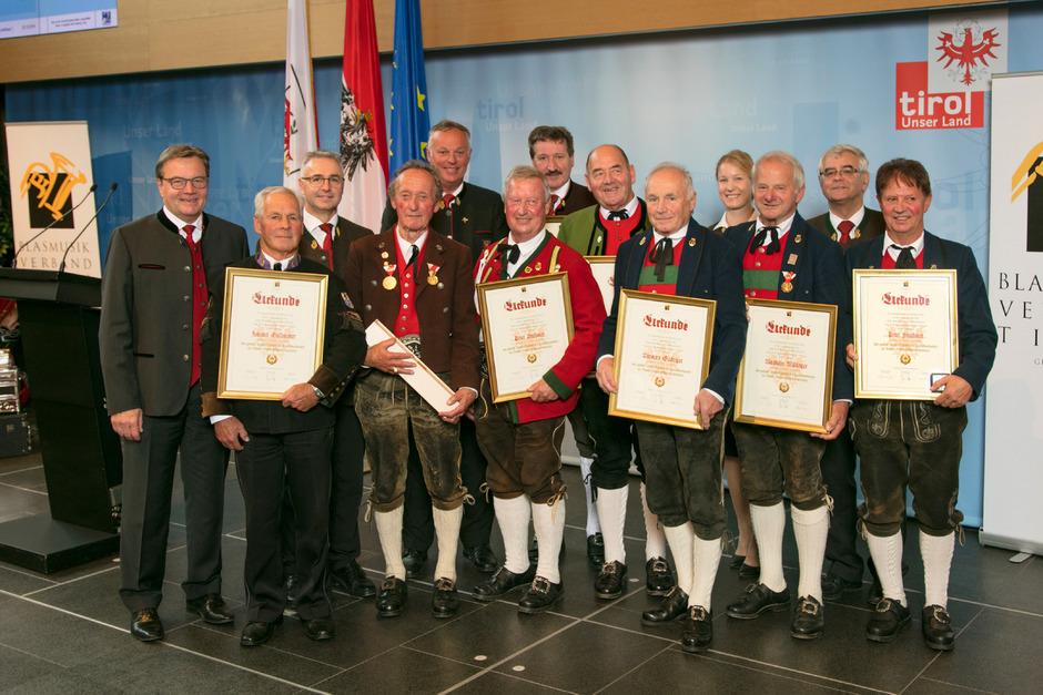Auch LH Günther Platter (l.) gratulierte den Ausgezeichneten.